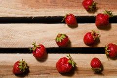 Немного клубник ягод зрелых на деревянных плитах, пустом космосе, взгляд сверху Стоковые Изображения