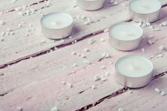 Немного плоских белых свечей на красивом деревянном столе Стоковое Изображение RF