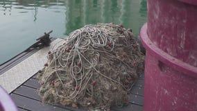 Немного старых vesselis рыбной ловли с плавными сетками припарковали около пристани видеоматериал