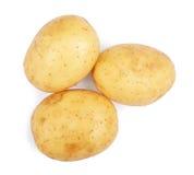 Немного сырцовых, органических и свежих молодых картошек, изолированных на белой предпосылке 3 чистое и трудные русые картошки Стоковые Фото