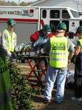 Немного людей помогая персоне перехода раненой Стоковые Изображения