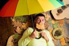 Ненастная концепция прогноза погоды Битник с усиком бороды предпологает что ненастный зонтик владением погоды наслаждается сезоно стоковые изображения rf