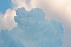 Ненастная конденсация облаков Пушистое облако в небе фокус взгляда макроса мягкий стоковые изображения rf