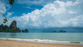 Ненастные облака на пляже Railay в Krabi Таиланде ashurbanipal Стоковая Фотография