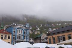 Ненастный Берген и туманный горный склон Стоковое Изображение