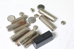 Ненужные батареи разных видов разбросаны На белой предпосылке Стоковая Фотография