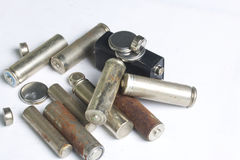 Ненужные батареи разных видов разбросаны На белой предпосылке Стоковые Фотографии RF
