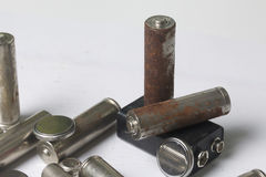 Ненужные батареи разных видов разбросаны На белой предпосылке Стоковое Фото