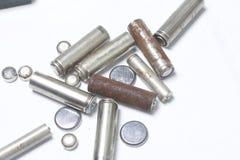 Ненужные батареи разных видов разбросаны На белой предпосылке Стоковые Изображения