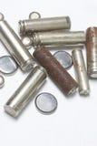 Ненужные батареи разных видов разбросаны На белой предпосылке Стоковые Изображения RF
