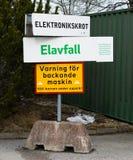 Ненужный сортировать на SRV рециркулируя центр в Салеме, знак с электрическим отходом электронные утиль и знак с текстом: предупр Стоковые Фото