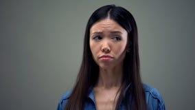 Необеспеченности расстроенной азиатской женщины чувствуя, жертва насилия в семье, скорба стоковая фотография