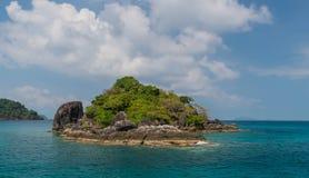Необитаемый остров Zhivopistnyj на океане стоковое фото rf