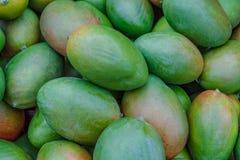 Необработанное свежее БИО манго для продажи на рынке фермеров стоковые изображения rf