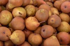 Необработанные свежие БИО груши для продажи на рынке фермеров стоковые фото