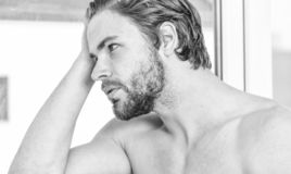 Необходимый режим красоты практик Мужская забота привлекательного возникновения о красоте Забота и холить кожи E стоковые фотографии rf