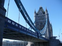 Необыкновенная перспектива моста башни стоковое изображение rf