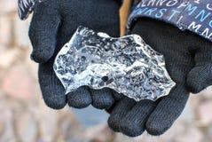 Необыкновенная часть льда в руках стоковая фотография rf