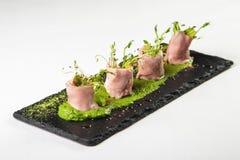 Необыкновенное блюдо кренов мяса с соусом и Komen травы на борту дальше Стоковое Фото