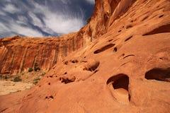 Необыкновенные отверстия высекли в песчаник пустыни размыванием Стоковое фото RF