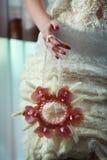 Необыкновенный букет свадьбы в руках невесты Стоковые Изображения RF