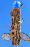Необыкновенный декоративный кусок дерева против неба Стоковое Изображение RF