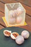 Необыкновенный торт в шариках шоколада и кубе isomalt Каждый шар содержит грецкий орех, пирожные, пралине и мармелад Стоковые Фотографии RF