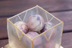 Необыкновенный торт в шариках шоколада и куб карамельки от isomalt Стоковое фото RF