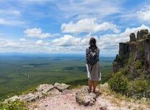 Неоглядная ширь Взгляд от гор Девушка персоны стоя на верхней части Chiquitania bolivians стоковая фотография