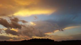 Неожиданный фронт шторма с желтыми облаками в сельской Индиане! стоковая фотография rf