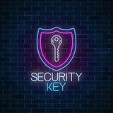 Неоновая вывеска безопасностью ключевая накаляя на темной предпосылке кирпичной стены Символ предохранения от интернета с ключом  иллюстрация вектора