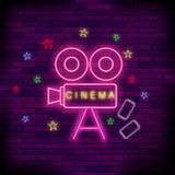 Неоновая вывеска кино светлая Розовый шильдик Яркое знамя улицы Стоковые Изображения