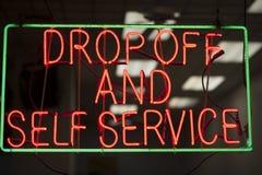 Неоновая вывеска Laundromat стоковое изображение