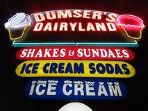 Неоновое свето стойки мороженого на ноче Стоковые Изображения