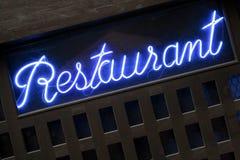 Неоновый голубой знак ресторана осветил вверх на крупном плане ночи Стоковое фото RF