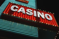 Неоновый знак казино на взгляде низкого угла ночи Стоковая Фотография RF