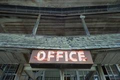 Неоновый знак офиса на старом деревянном здании Стоковое Изображение