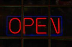 Неоновый красный знак со словом открытым стоковая фотография rf