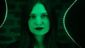 Неоновый крупный план маленькой девочки в зеленых тонах Фасонируйте стилю ультрамодный сексуальный танцевать коктеилей бара парти сток-видео