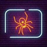 Неоновый логотип паукообразные знака паука на стене Стоковые Фотографии RF