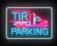 Неоновый накаляя знак автостоянки TIR на темной предпосылке кирпичной стены Шильдик зарева длинной тележки и водителей грузовика  Стоковое фото RF