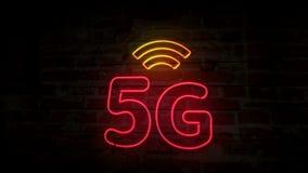 неоновый символ 5G на кирпичной стене сток-видео