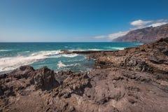Неопознаваемое туристское заплывание в ландшафте береговой линии в Puerto Сантьяго, Тенерифе, Испании стоковая фотография rf