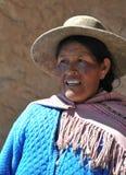 Неопознанная боливийская женщина с долинами Altiplano Стоковое фото RF
