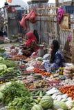Неопознанная группа в составе женщины продавая тропический плодоовощ в улице Стоковые Фото