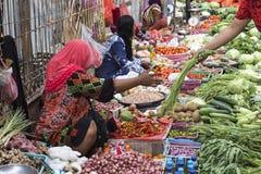 Неопознанная группа в составе женщины продавая тропический плодоовощ в улице Стоковое Изображение RF