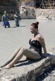 Неопознанная женщина получая, что ей грязь высушить Стоковые Фотографии RF