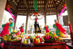 Неопознанная женщина танцует в традиционном фольклорном фестивале Стоковая Фотография RF