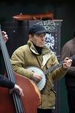 Неопознанная игра музыканта перед публикой переплюнет Стоковые Фотографии RF