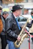 Неопознанная игра музыканта перед публикой переплюнет Стоковое Фото